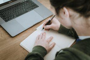 כלי כתיבה או לפטופ
