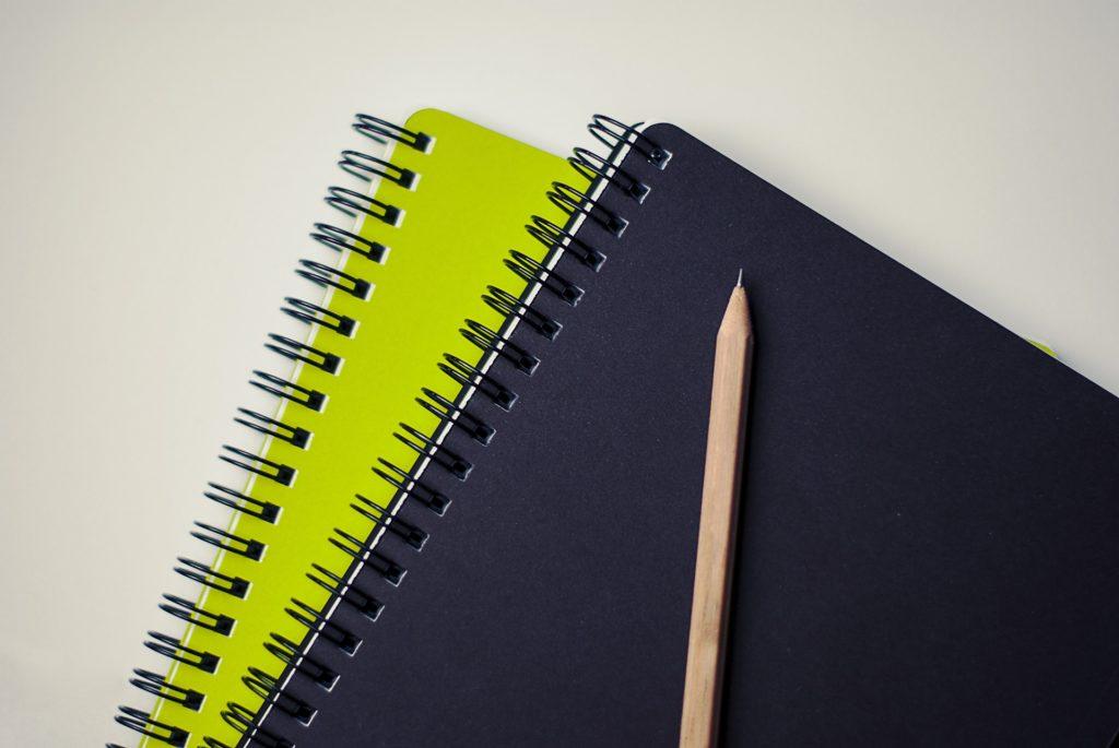 מחברת וכלי כתיבה