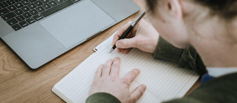 מתחילים תואר ראשון: לפטופ או כלי כתיבה?